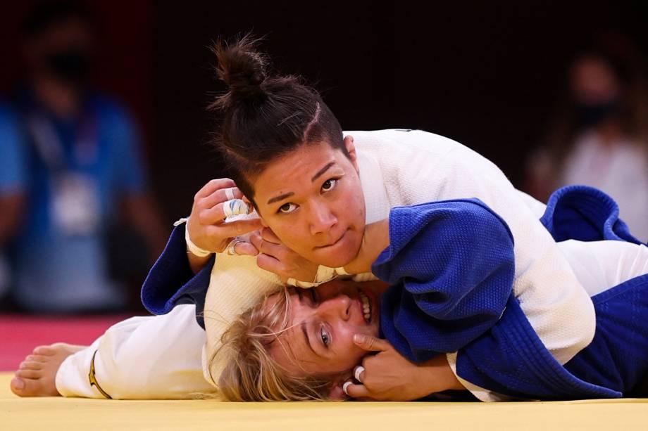 A japonesa Funa Tonaki (branco) compete com a húngara Eva Csernoviczki -
