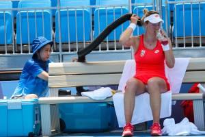 A tenista da Sérvia, Nina Stojanovic, se refresca com ar-condicionado durante a partida de tênis -