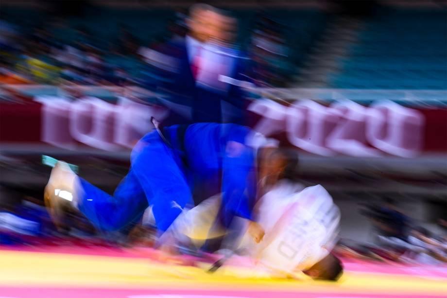 Tornike Tsjakadoea (branco), da Holanda, em luta com Yang Yung Wei, de Taiwan, nas quartas de final do judô -