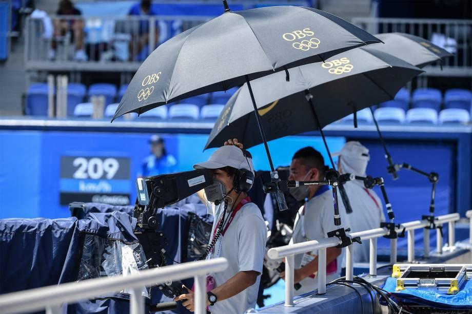 Cameramen filma partida de tênis no Ariake Tennis Park -