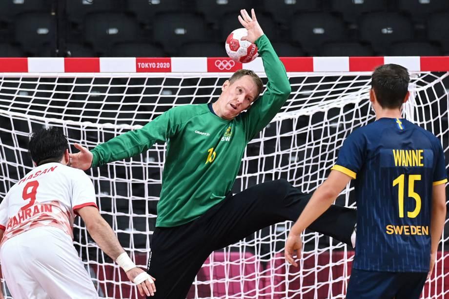 O goleiro sueco Mikael Aggefors tenta impedir um chute durante a partida de handebol o Bahrein -