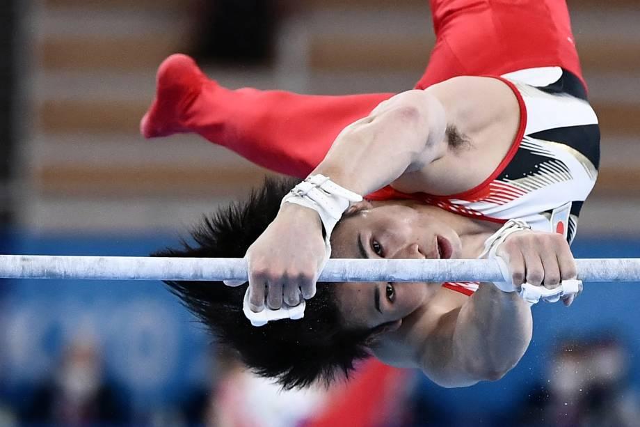 O ginasta japonês Kazuma Kaya durante apresentação na barra horizontal -