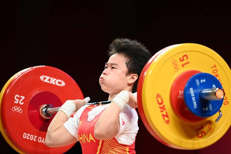 Hou Zhihui, da China, durante a competição de levantamento de peso feminino até 49kg -