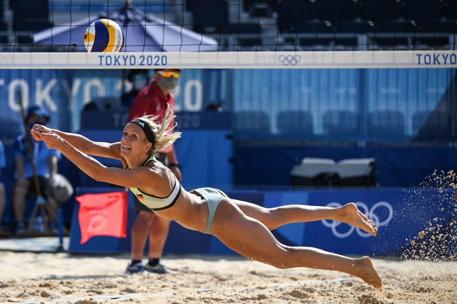 A alemã Laura Ludwig mergulha durante jogo contra a Suiça pelo viôlei de praia -