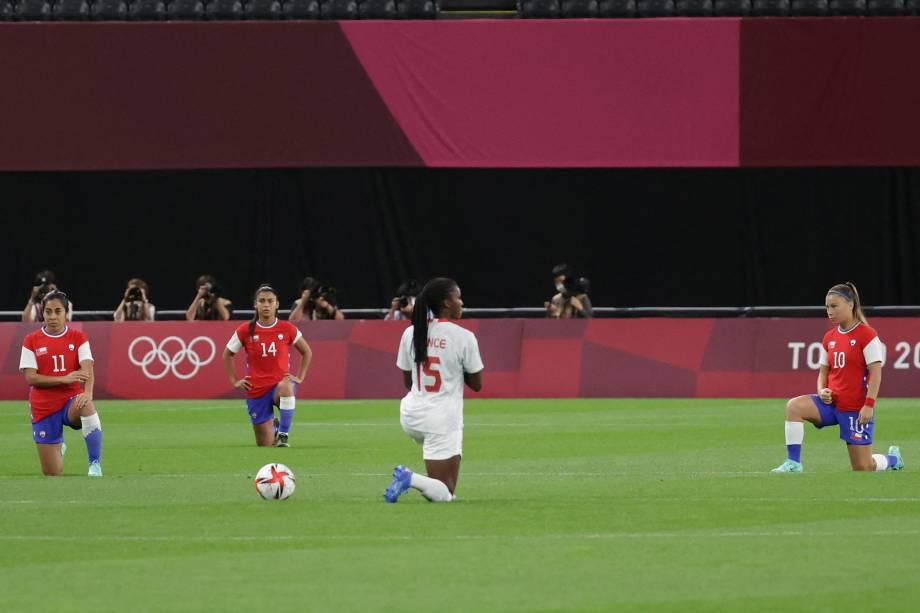 Jogadoras se ajoelham antes do início da partida entre Chile e Canadá -
