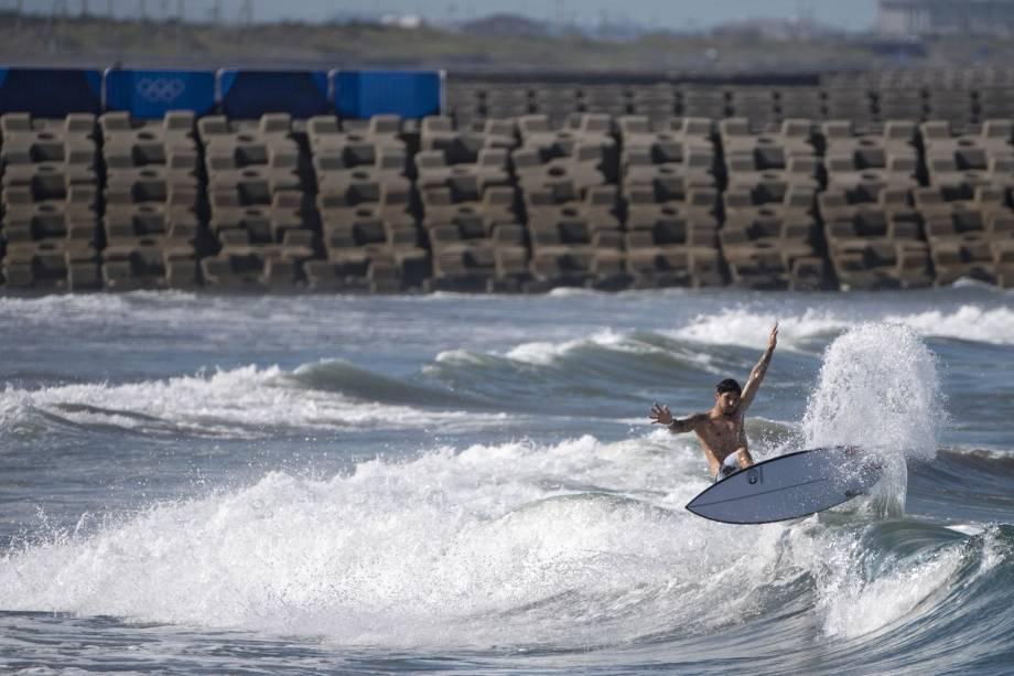 O brasileiro Gabriel Medina pega uma onda durante um treino, em Tsurigasaki Surfing Beach -