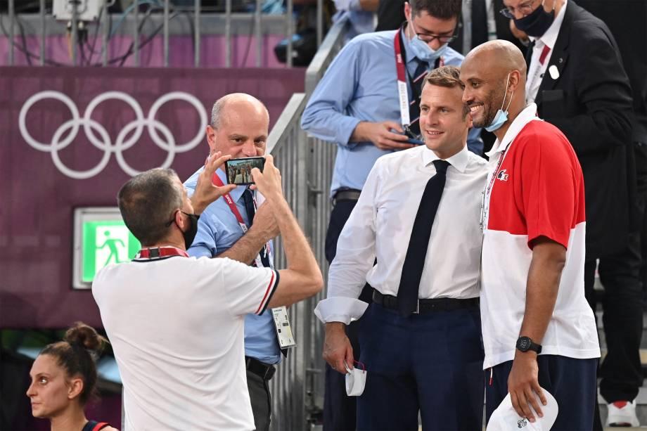 O presidente francês Emmanuel Macron posa para foto com Karin Souchu, técnico da equipe de basquete feminino após partida entre França e EUA válida pelas Olimpíadas de Tóquio, no Aomi Urban Sports Park -