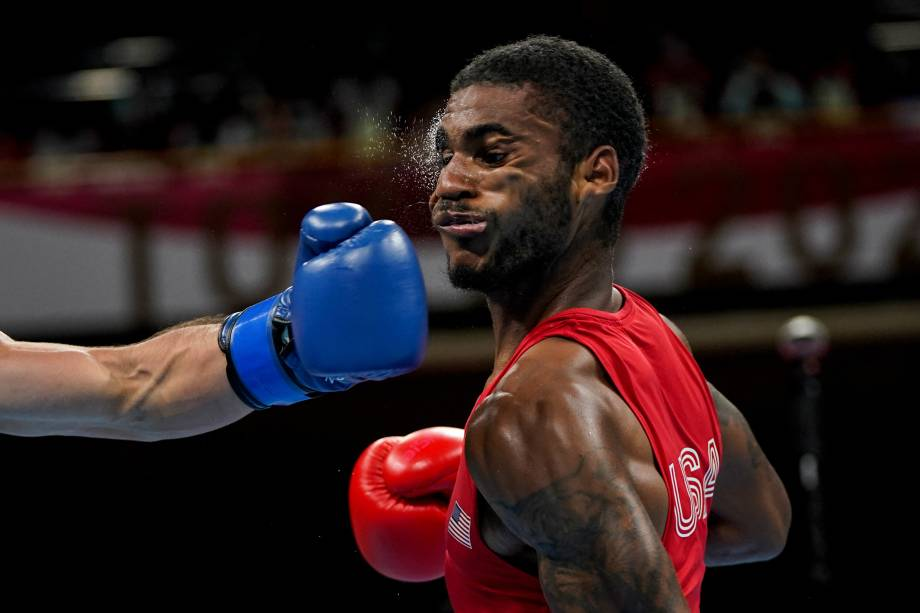 Delante Johnson leva um soco do argentino Brian Agustin Arregui durante luta de boxe -