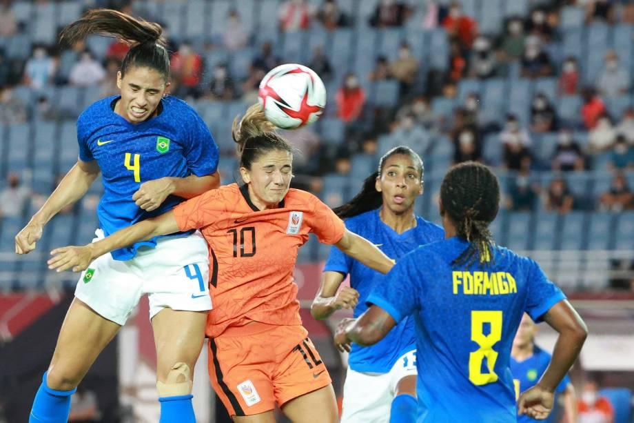 A zagueira brasileira Rafaelle em disputa com a meia holandesa Danielle Van De Donk -