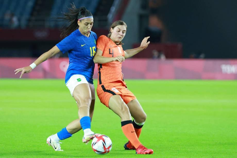 A atacante brasileira Bia Zaneratto disputa a bola com a zagueira holandesa Aniek Nouwen -