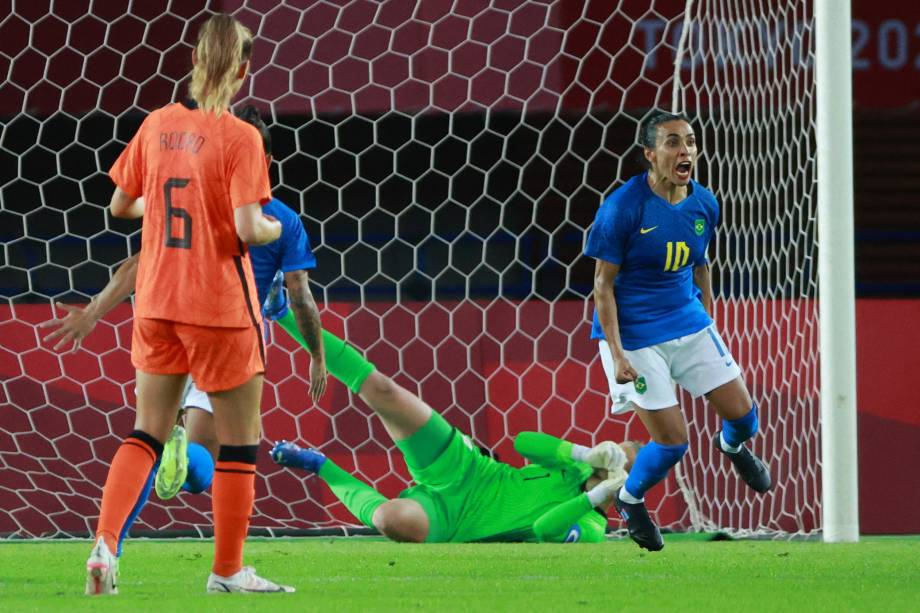 Marta comemora após marcar de pênalti na partida -