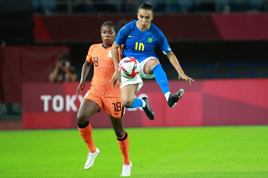 A brasileira Marta em ação durante partida contra a Holanda -