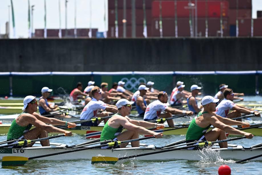 Atletas competem na prova de repescagem do remo, no Sea Forest Waterway -