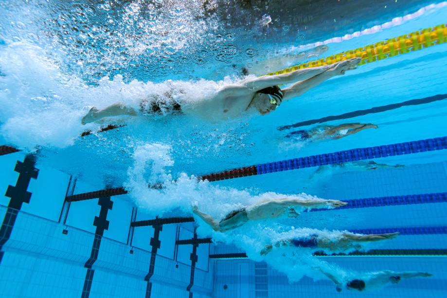 Uma visão subaquática mostra nadadores durante a prova medley individual de 400m -