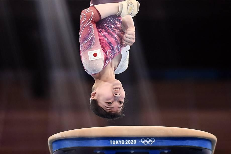 A japonesa Yuna Hiraiwa durante salto, no Centro de Ginástica Ariake -