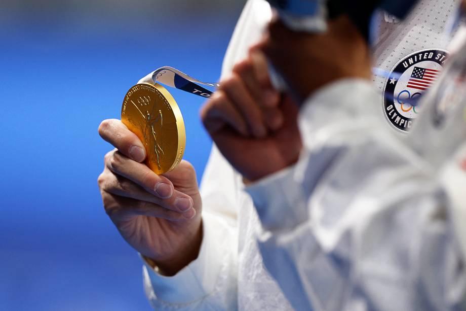 Chase Kalisz, dos Estados Unidos, exibindo sua medalha de ouro conquistada na natação -