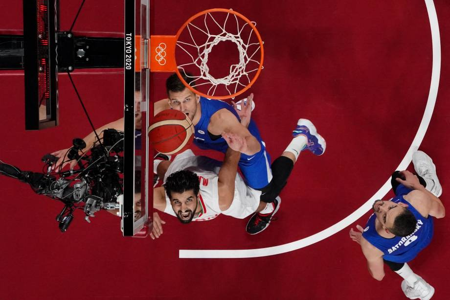 Jogadores de Irã e a República Tcheca aguardam pelo rebote durante partida de basquete, na Saitama Super Arena -