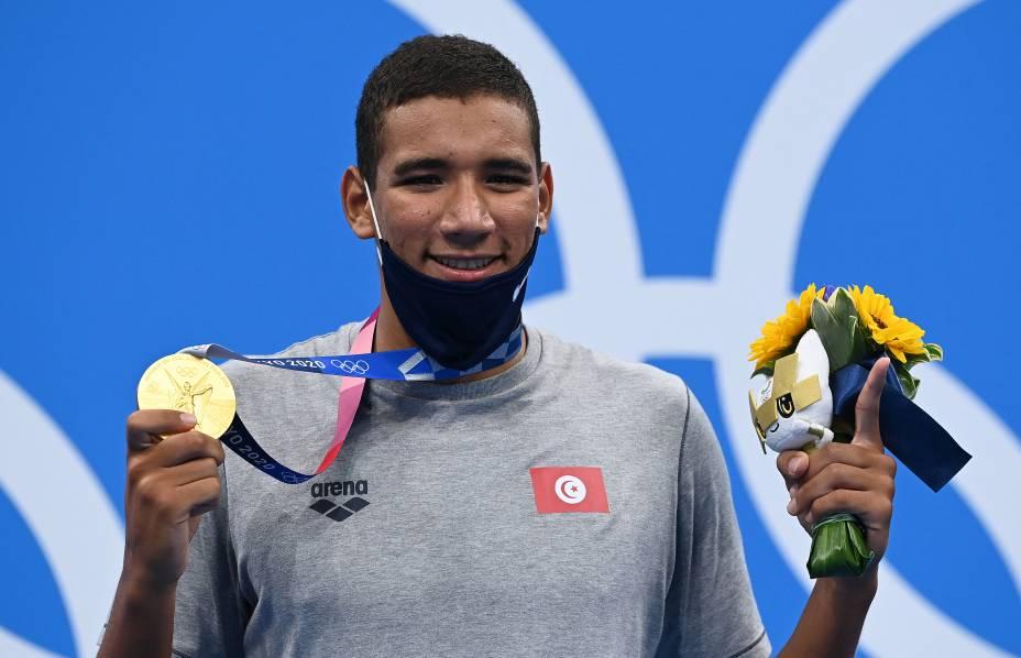 Ahmed Hafnaou posa com sua medalha de ouro conquistada em Tóquio -
