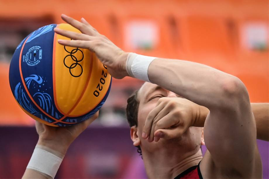 O belga Nick Celis durante luta pela bola na partida de basquete 3x3 contra a Russia -