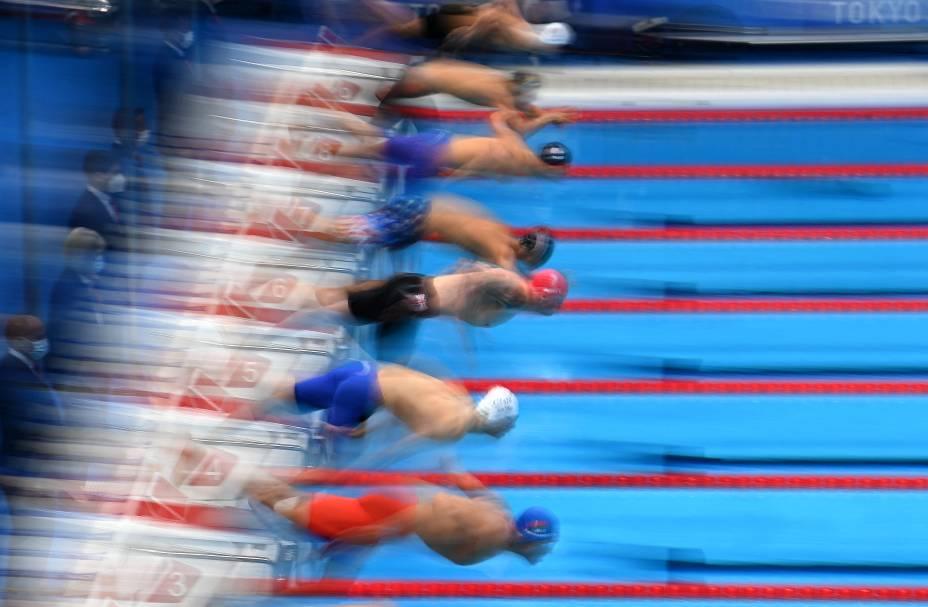 Competidores durante mergulho na largada da prova natação de 100m peito -