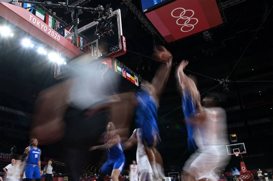 Partida de basquete masculino entre República Tcheca (azul) e Irã -
