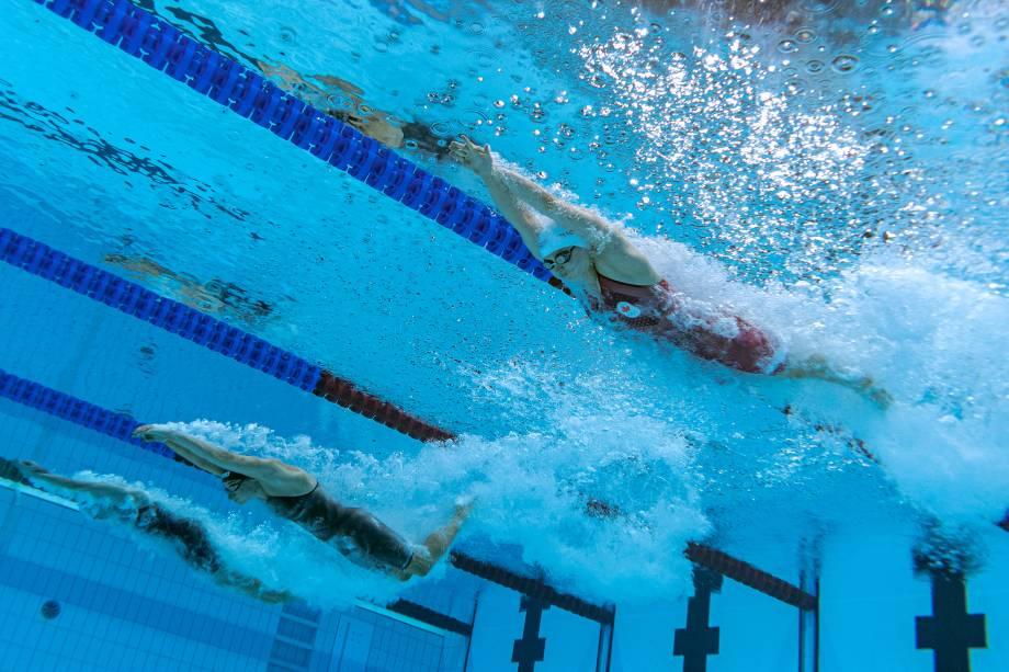 Uma visão subaquática mostra as competidoras durante a semifinal da prova de 100m borboleta feminino -