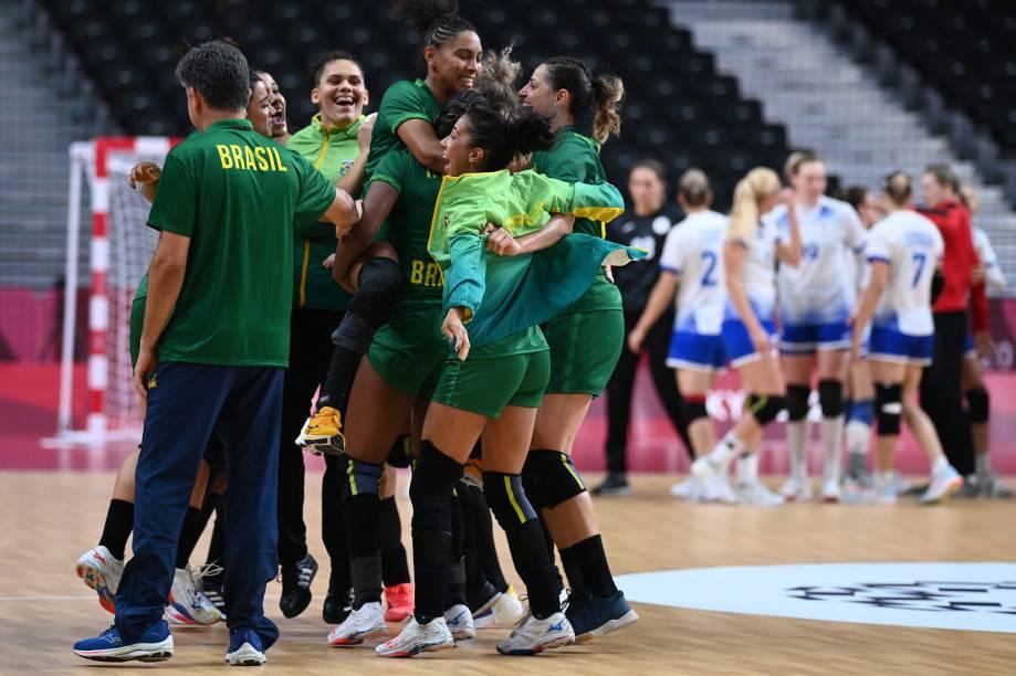 Jogadoras do Brasil comemoram empate contra a Rússia pelo placar de 24 a 24 no handebol -
