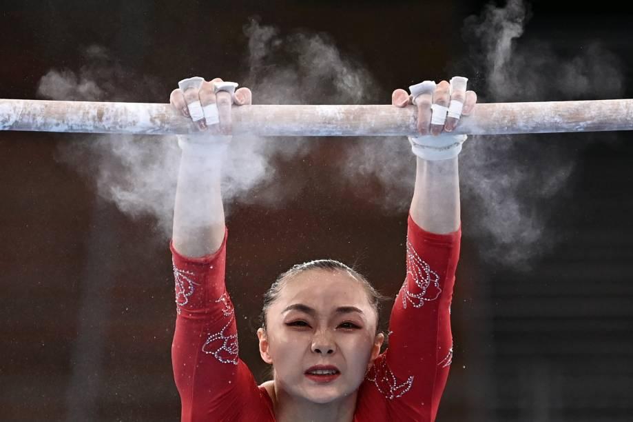 A ginasta Xijing Tang, da China, competindo no evento de barras, no Centro de Ginástica Ariake -