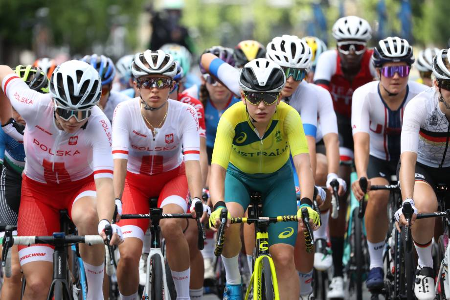 Pelotão de frente durante prova de ciclismo feminino -