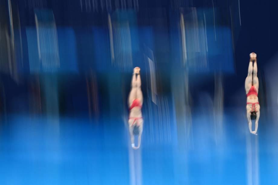 Shi Tingmao e Wang Han, da China, durante mergulho com trampolim sincronizado -