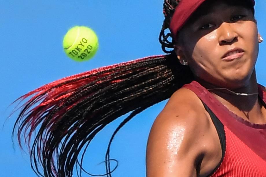 A japonesa Naomi Osaka em ação durante partida de tênis com Zheng Saisai, da China -