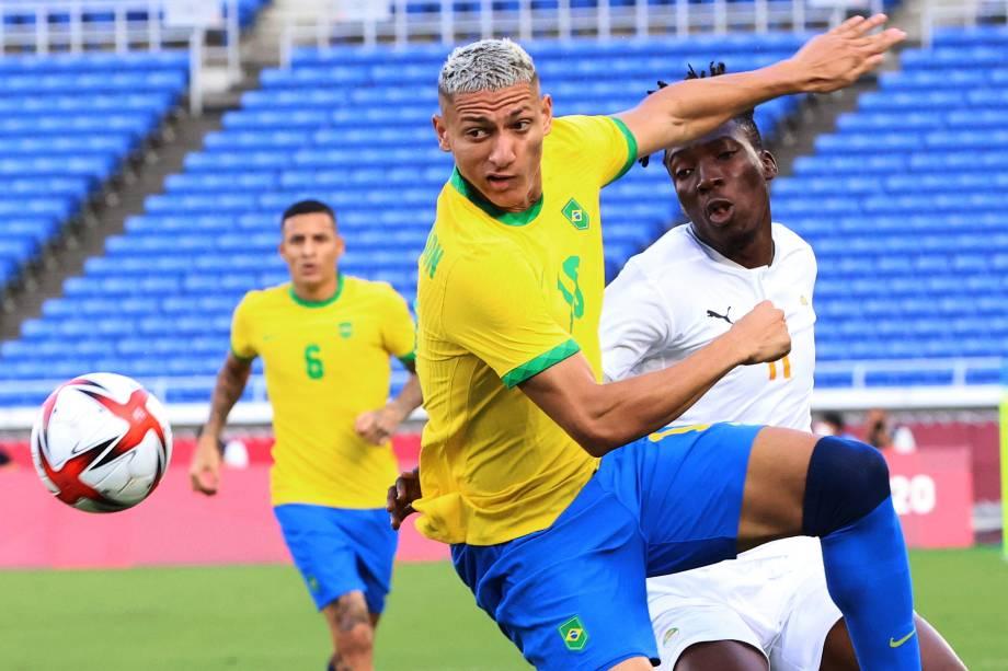 O atacante Richarlison em disputa pela bola com o zagueiro da Costa do Marfim, Zie Ouattara -