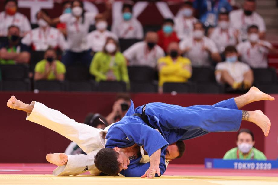 O brasileiro Daniel Cargnin em ação contra o israelense Baruch Shmailov pelo judô na categoria até 66 quilos -