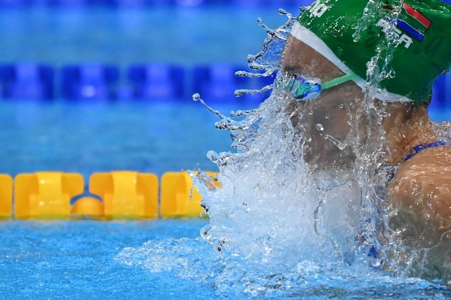 Tatjana Schoenmaker, da África do Sul, em ação na prova de natação de 100m peito -