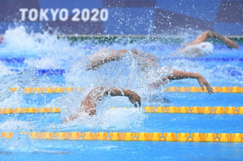 Atletas durante movimento de braçadas na prova de revezamento 4x100m livre masculino -
