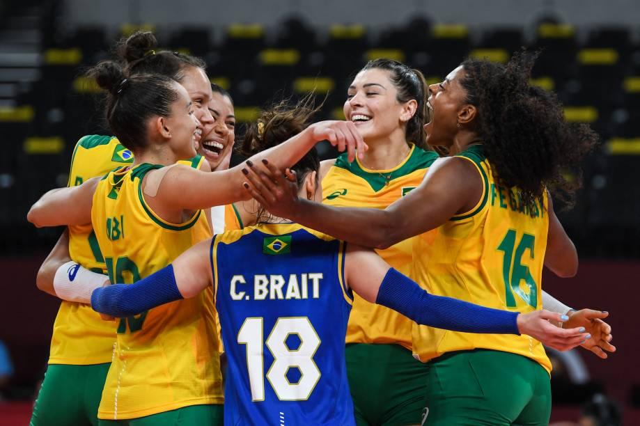 Jogadoras do Brasil comemoram vitória no vôlei feminino contra a Coréia do Sul -