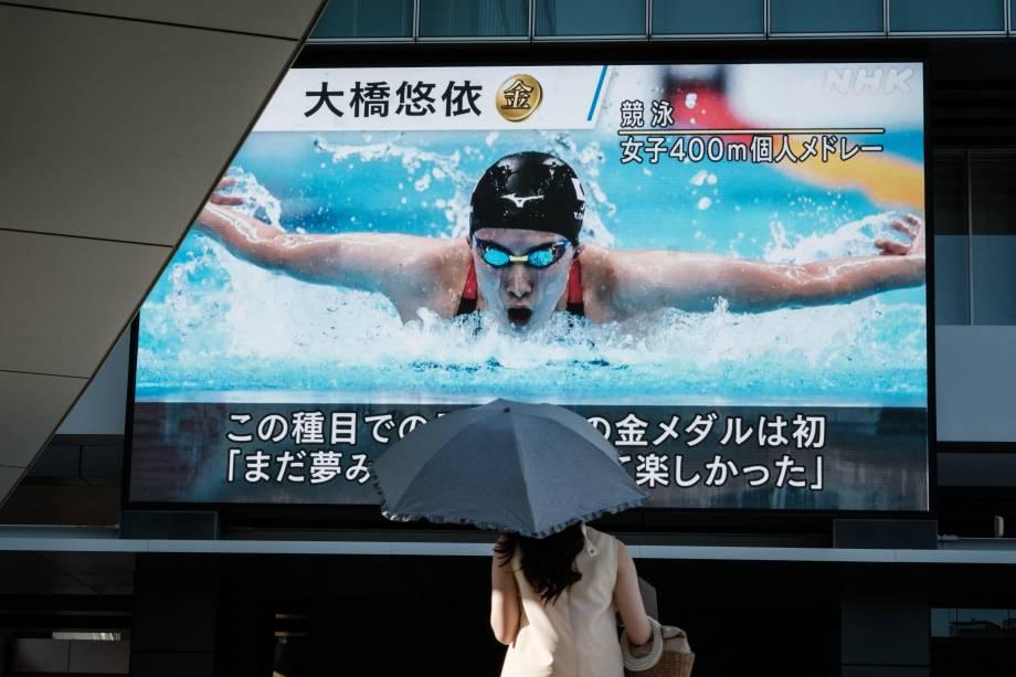 A nadadora japonesa Yui Ohashi, medalhista de ouro nos 400m medley, é vista em telão em Tóquio -