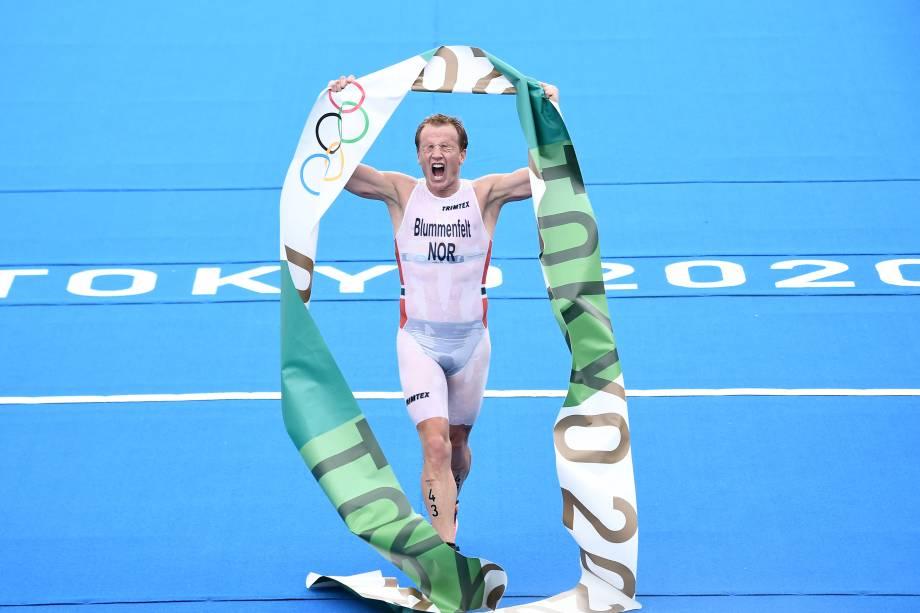Kristian Blummenfelt, da Noruega, comemora o primeiro lugar ao ganhar o ouro na competição de triatlo individual masculino -