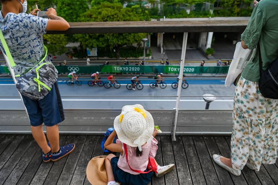 Público acompanha a prova de triatlo masculino no Odaiba Marine Park -