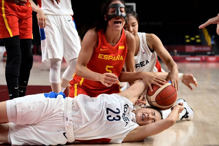 Cristina Ouvina, da Espanha, em disputa pela bola com Kim Danbi, da Coréia do Sul, pelo basquete -