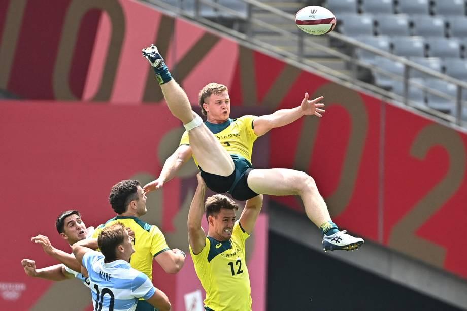 Henry Hutchison em ação pela Austrália no rúgbi contra a Argentina -