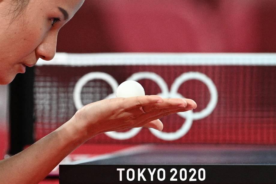 Xiaoxin Yang, de Mônaco, compete com Polina Trifonova, da Bulgária, em rodada do tênis de mesa -