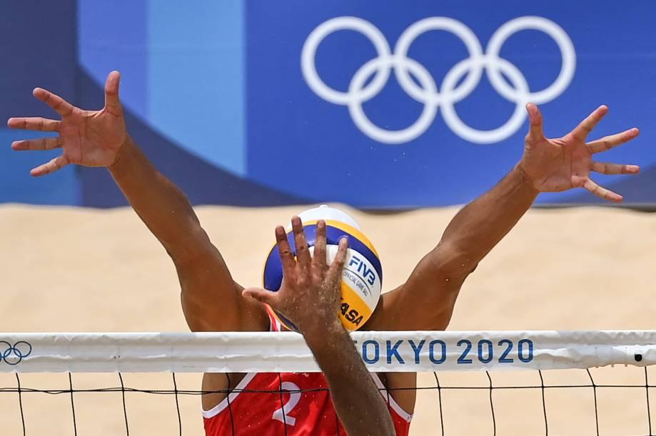 O russo Oleg Stoyanovskiy (vermelho) durante bloqueio na partida entre Rússia e México pelo vôlei de praia -