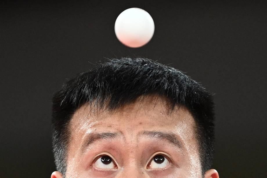 Yang Wang, da Eslováquia, durante sua partida pelo tênis de mesa contra Dave Powell, da Austrália -