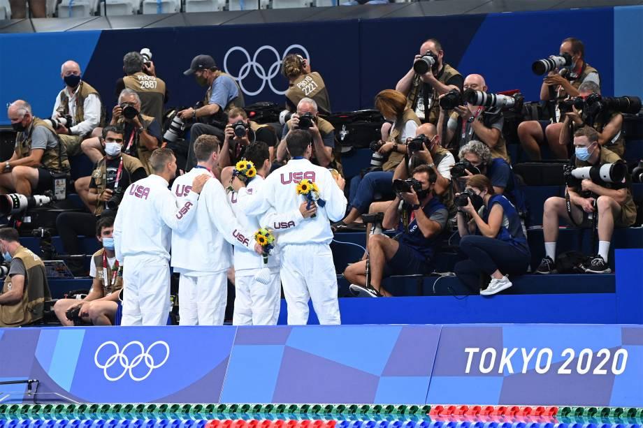 A equipe de 4x100m livres dos EUA posa para fotógrafos após ganharem o ouro -