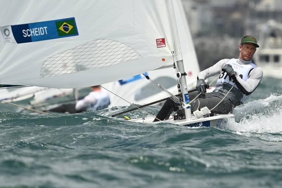 O brasileiro Robert Scheidt durante a competição de vela na classe laser -