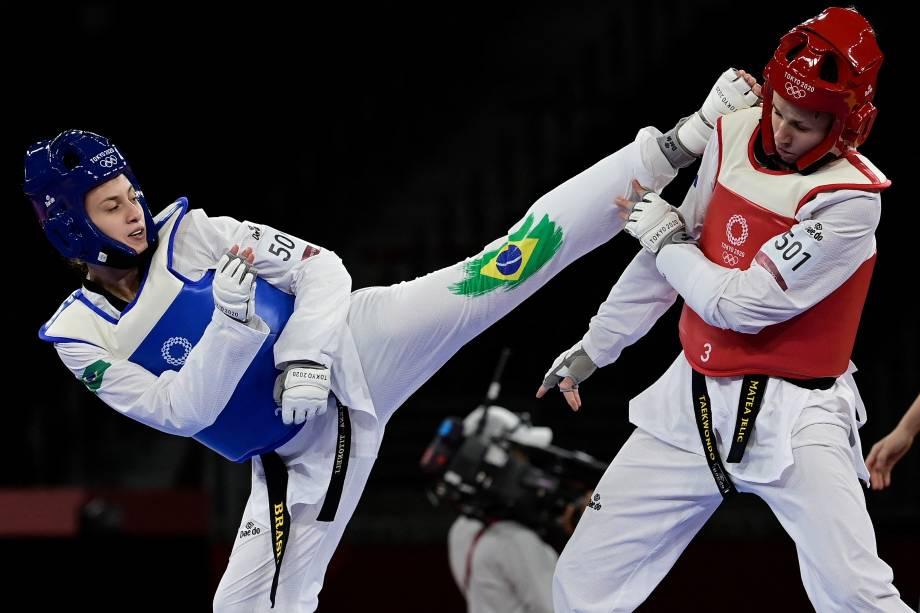 A brasileira Milena Titoneli e a croata Matea Jelic durante luta no taekwondo feminino de até 67kg, em Makuhari Messe Hall -