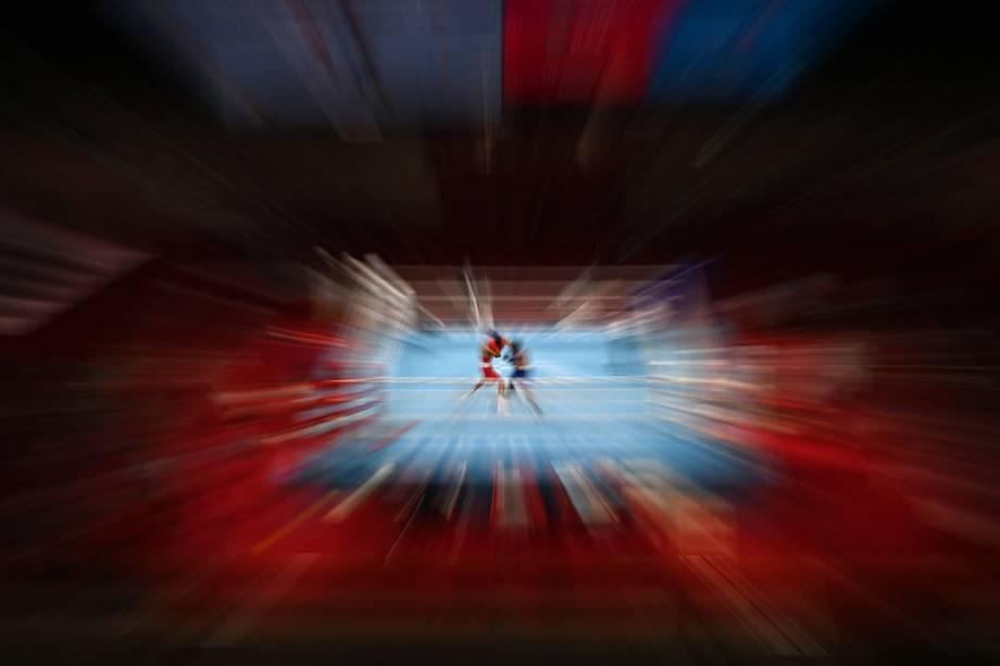Saken Bibossinov (vermelho) do Cazaquistão e Yankiel Rivera Figueroa, de Porto Rico, durante luta de boxe -