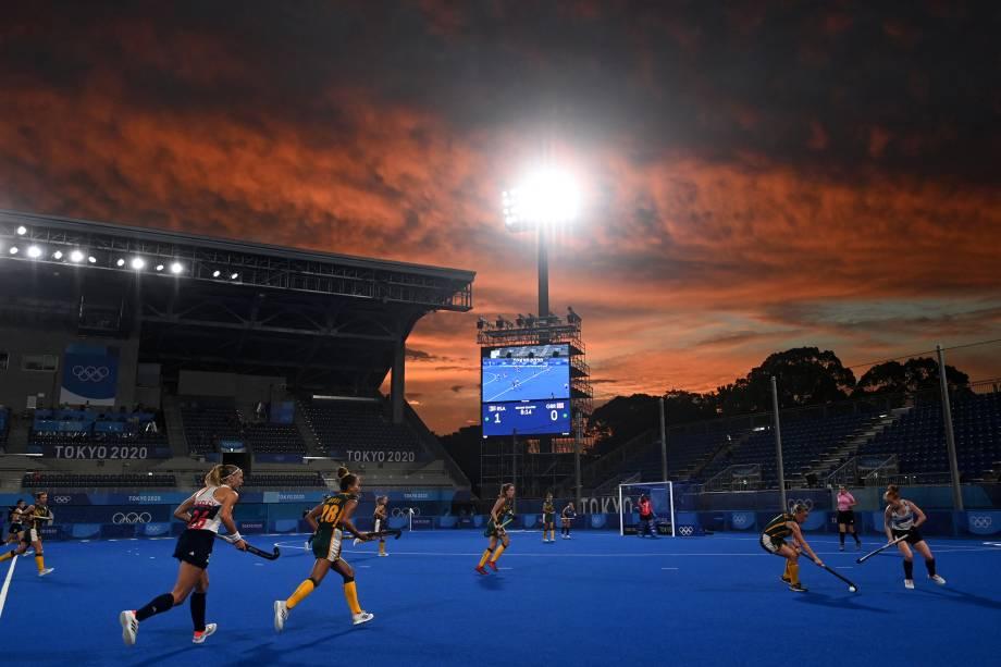 Jogadores da África do Sul e da Grã-Bretanha durante partida pelo hóquei na grama, no Oi Hockey Stadium -