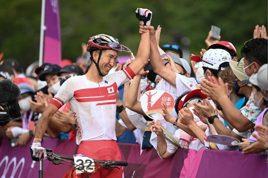 Kohei Yamamoto, do Japão, comemora com fãs na prova de cross-country masculino -